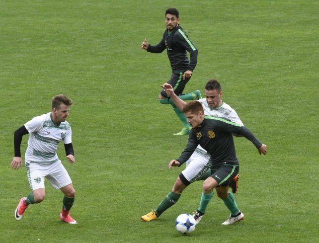 Colorado. Gil demostró ante Sarmiento buena dinámica y pegada precisa.