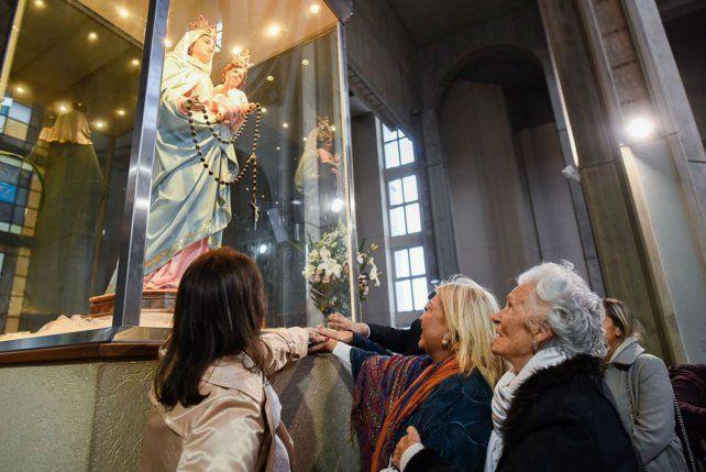 Pedido. Carrió visitó el jueves a la noche a la Virgen de San Nicolás.