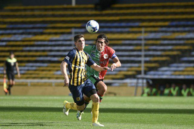 Agustín Coscia trata de controlar la pelota ante la marca de Paulo Killer.
