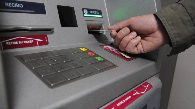 Investigan el robo de dinero de cuentas de ahorro a través del uso de tarjetas mellizas