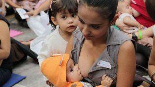 Nena mamá. Una adolescente y su hijito en un centro de contención.