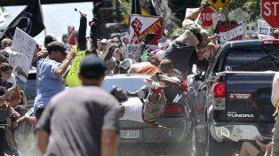 Brutal. Un auto embiste intencionalmente a un grupo de antifascistas.