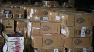 Las urnas que se utilizarán hoy en las Paso llegaron el viernes al Correo. El gobierno empezará a difundir datos a partir de las 21.