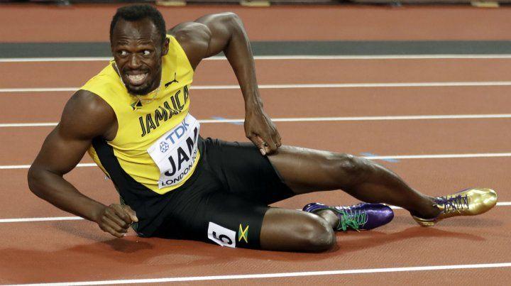 Por el piso. Bolt se acalambró en plena carrera y terminó caído en su última actuación en el atletismo.