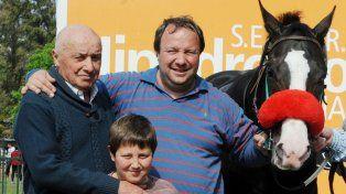 El cuidador José Storani posa para la foto en el recinto de los vencedores.