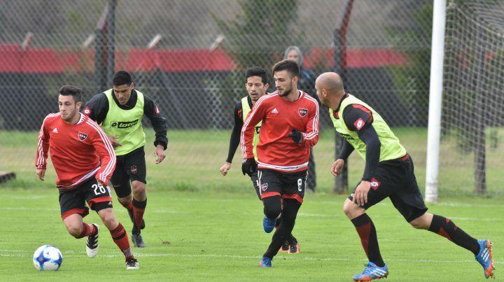 Proyección. Milton Valenzuela inicia un ataque acompañado de cerca por Jalil Elías. Los juveniles rojinegros anduvieron bien.