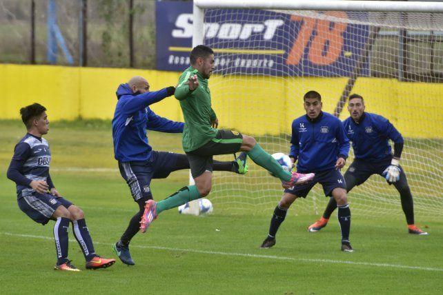 Marcelo Ortiz pisa el área de enfrente en una pelota parada. El Cholo Guiñazú busca frenar su remate.