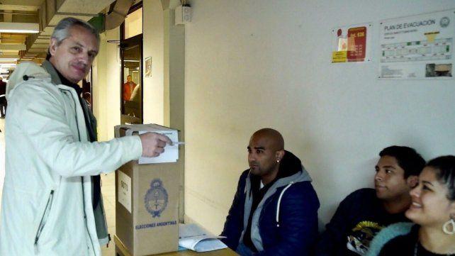 El jefe de campaña de Florencio Randazo emite su voto.