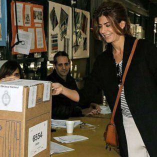 el look informal de juliana awada para ir a votar dio que hablar en las redes sociales