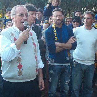 Discurso. El presidente Broglia habla y el Kily escucha durante una ceremonia en Granadero Baigorria. También están los vices Cefaratti y Carloni y el dirigente Fabio García.