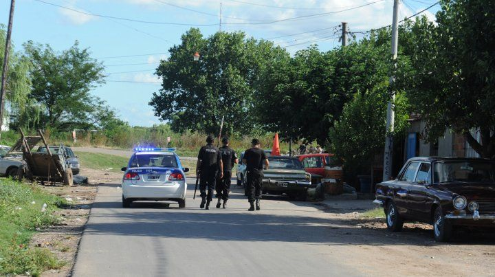 Vigilados. Efectivos de la Policía de Acción Táctica patrullan el barrio a toda hora. Investigarán si hubo abusos.
