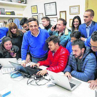 Grupo. Giuliano, junto a sus jóvenes colaboradores, mientras los resultados iban llegando.
