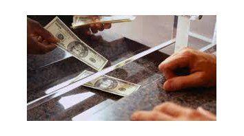 el dolar desacelero la caida, pero tuvo una nueva baja tras las paso