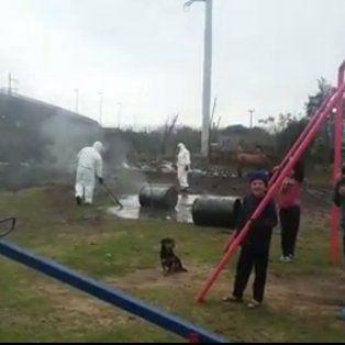 vecinos denunciaron que arrojaron residuos toxicos en una plaza donde juegan chicos
