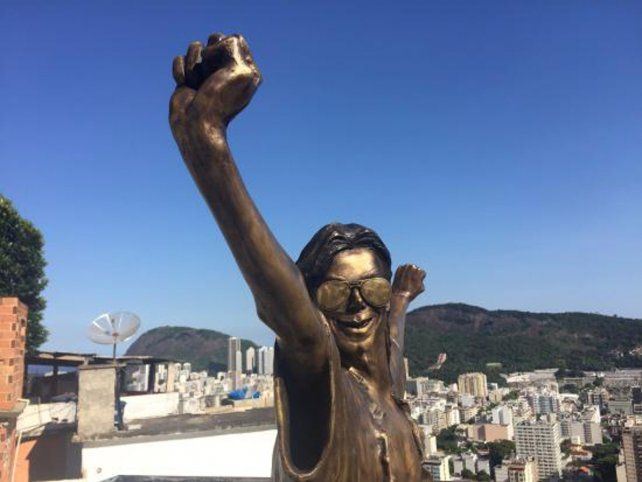 Michael. La estatua del astro.