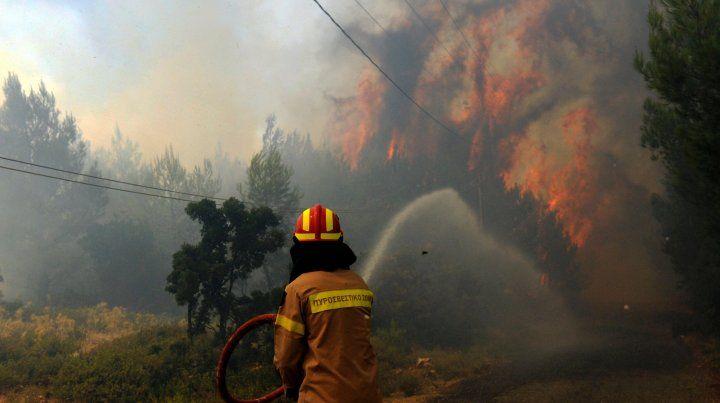 Grecia. Los bomberos luchan contra las llamas en el bosque de Kalamos.
