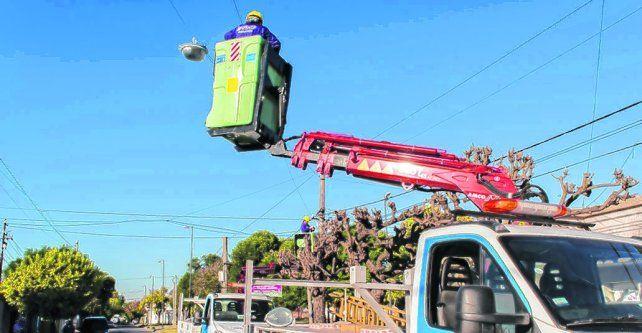En acción. Un operario trabaja sobre las luminarias en un barrio de la zona sur de la ciudad.