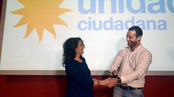 Sonrisas kirchneristas. Norma López, quien va por su tercer período como concejala, celebra el triunfo de Roberto Sukerman en la interna del Frente Justicialista.