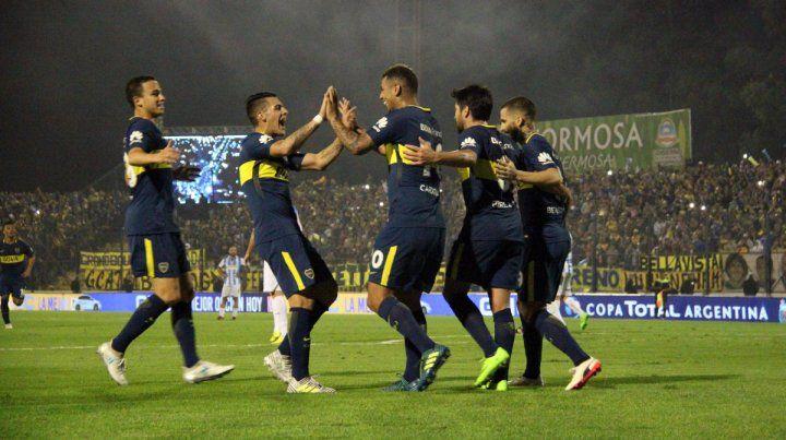 Cinco de Boca. Los jugadores celebran el gol del colombiano Cardona