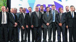 Imagen inaugural. Chiqui Tapia en el centro de la foto grupal. A su lado Mariano Elizondo, el CEO de la Superliga (der.) Detrás de ellos, el vocal de Newells Juan José Concina.