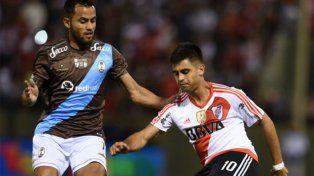 Goleador. Gonzalo Martínez maniobra ante la marca de un jugador de Atlas.