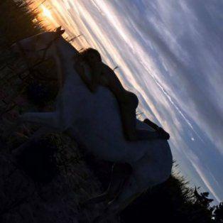 osadas fotos de vicky xipolitakis montada a caballo en la mansion en la que vive en long island