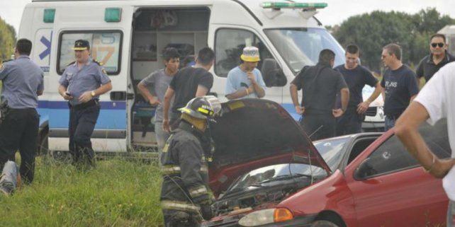 El vehículo en el que escapaban los delincuentes se estrelló cerca de un puente.
