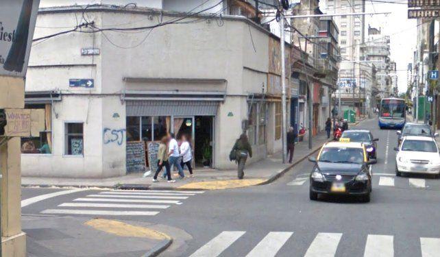 El bar de Sarmiento y San Juan también sufrió algunas roturas en el operativo de Prefectura.