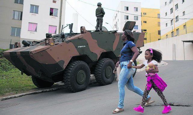 Control. Un vehículo blindado vigila una calle de la ciudad de Niteroi.