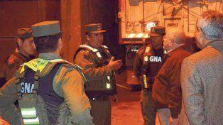 Control Urbano de Timbúes y personal de Gendarmería revisan el camión.