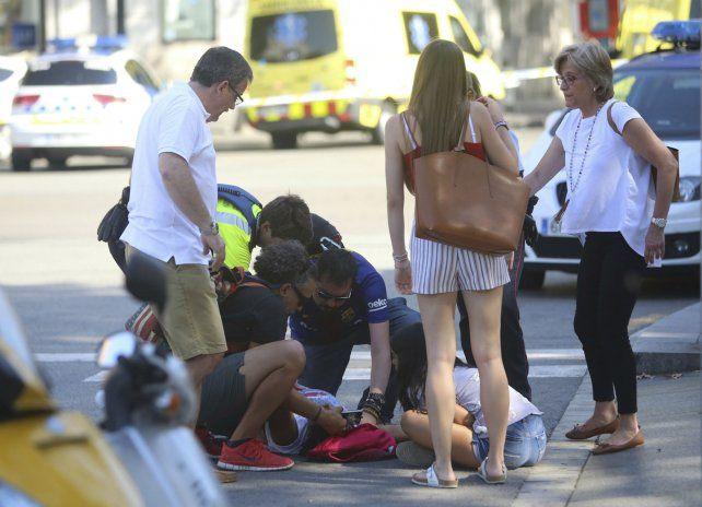 Un grupo de personas se solidarizó con uno de los atropellados por el furgón de los terroristas.