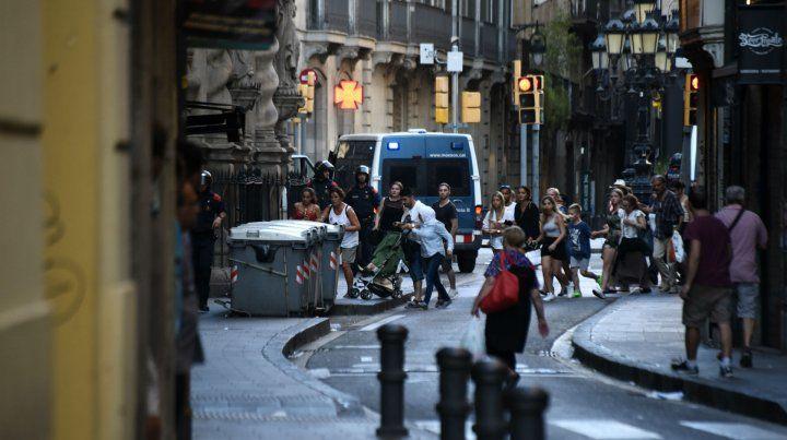 Residentes y turistas escapan de la Rambla tras el atentado el Barcelona.