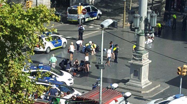 En la plaza Catalunya fueron asistidos decenas de heridos a raíz del atentado.