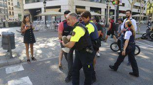 Fuerzas policiales auxilian a uno de los heridos.