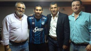 Oficial. Cristian Villagra firmó contrato y ya se calzó la camiseta de Atlético Tucumán.