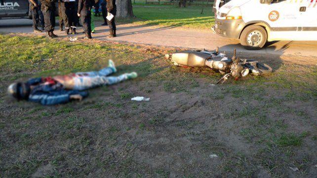 El cuerpo del joven de 24 años yacía en un descampado junto a una moto Honda Titán.