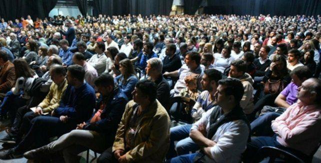 anoche en metropolitano. Cientos de personas escucharon los discursos con atención.