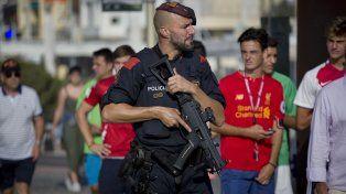 Un policía militar apostado en Cambrils, uno de los lugares donde se produjeron los atentados.