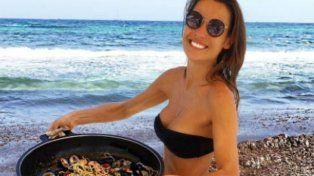 Pampita se fue otra vez a Ibiza: tomo sól, mostró sus curvas y preparó mariscos