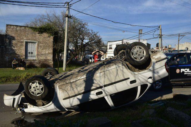 El Chevrolet Corsa quedó dado vuelta sobre la calle. Las consecuencias del tremendo impacto fueron fatales.