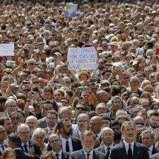 El rey Felipe, Mariano Rajoy y el líder catalán asistieron a la movilización en la Plaza Cataluña contra la violencia islamista.