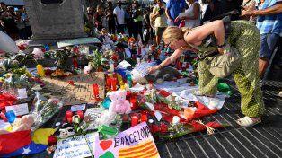 Los barceloneses depositan ofrendas en homenaje a las víctimas del atropellamiento masivo en la Rambla.