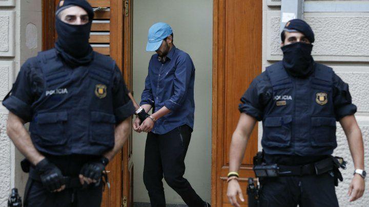 Operativos. Mossos dEsquadra trasladan a un sospechoso detenido en la localidad de Ripoll.