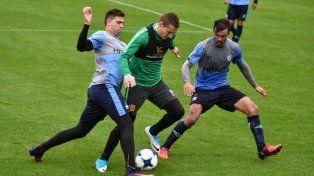Ruben intenta eludir la marca de los zagueros de Vélez.