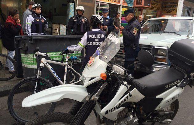 La policía cordobesa en el lugar donde apareció esta mañana la criatura.