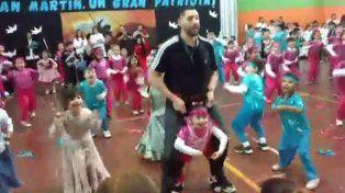 El baile. El profesor construyó un arnés para que su alumna pudiera bailar con sus amigos.
