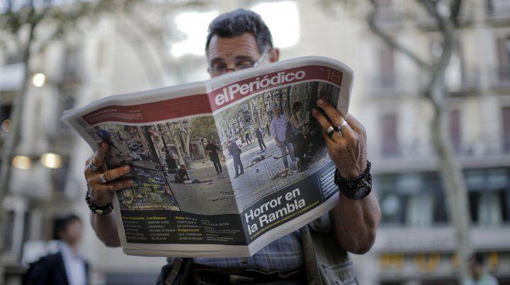Un ciudadano lee información sobre el atentado en La Rambla de Cataluña.