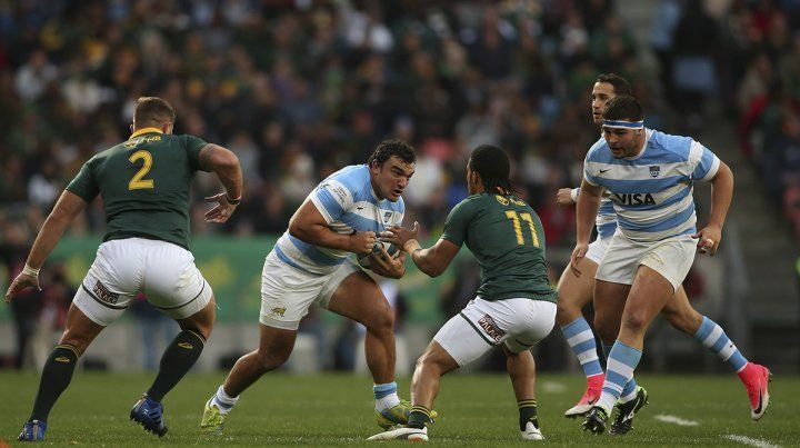 Agustín Creevy intenta perforar la marca sudafricana.
