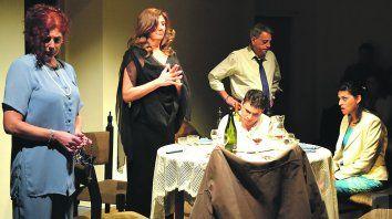 doble moral. Raquel Moya, Celina Bailetti, José Luis Martoglia, Lisandro Quinteros y Mirna Remes en una amarga cena.