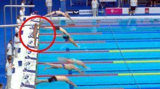 La reacción. Un nadador español se quedó estático ante la negativa del minuto de silencio.